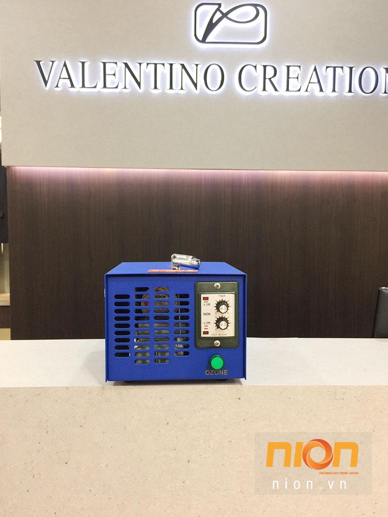 Máy ozone khử mùi đa năng NK6 có mặt tại cửa hàng thời trang cao cấp